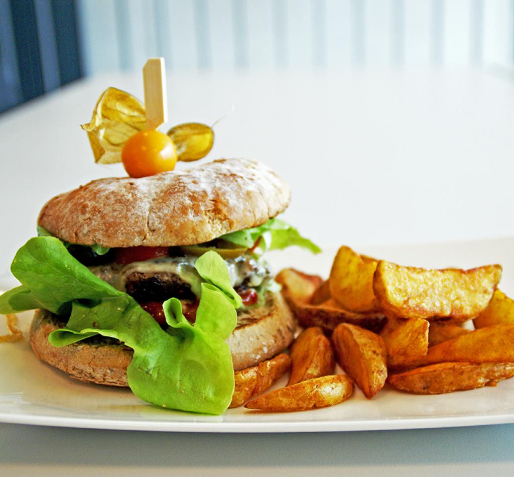 Burger mit Wedges im Restaurant Kulturcafe